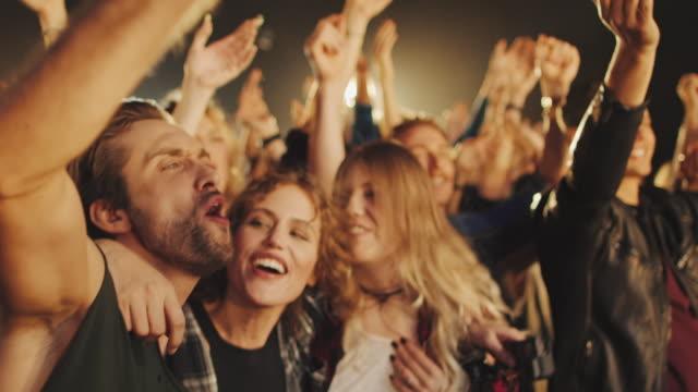 masse auf concert - musikfestival stock-videos und b-roll-filmmaterial