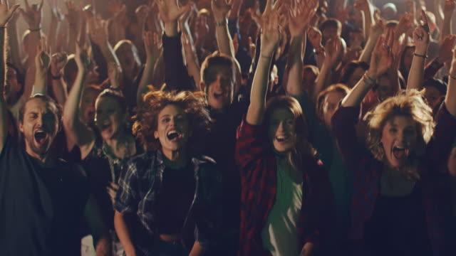 パブリックビューイングに観客 - 観客点の映像素材/bロール