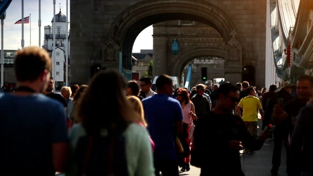 folla sul tower bridge a londra, inghilterra - london bridge inghilterra video stock e b–roll