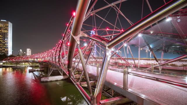 vídeos y material grabado en eventos de stock de gente multitud en helix bridge - hélice forma geométrica
