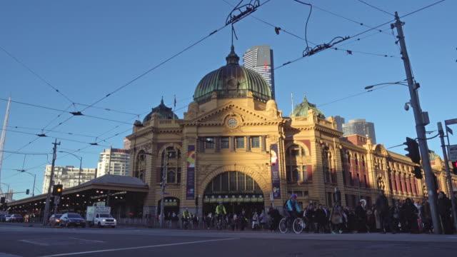 群衆の人々 横断道路メルボルン フリンダーズストリート駅 - オーストラリア メルボルン点の映像素材/bロール