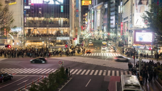 渋谷での交差道路での人々 を群衆します。 ビデオ