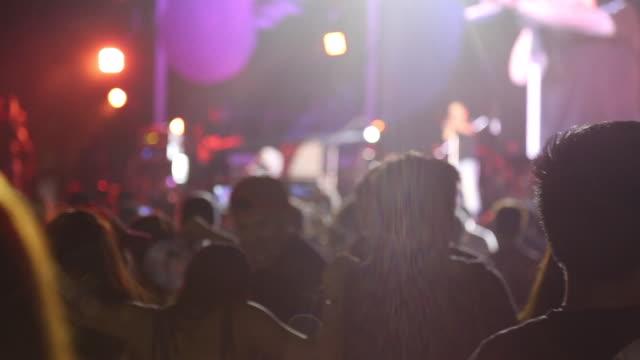 mängden folk som dansar i utomhus konsert - pattaya bildbanksvideor och videomaterial från bakom kulisserna