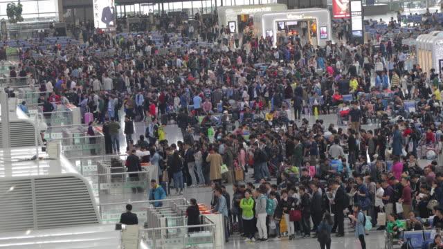 vídeos de stock e filmes b-roll de crowd people in modern train station - lotado