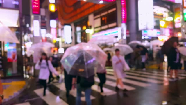 crowd people walking and crossing road in the city while raining - segnale per macchine e pedoni video stock e b–roll