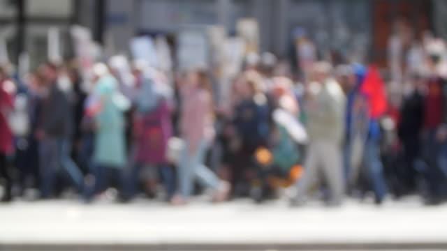 kalabalığın insanların haklarını savunan afiş ile sokak amerika aşağı yürüyüş. - sessizlik stok videoları ve detay görüntü çekimi