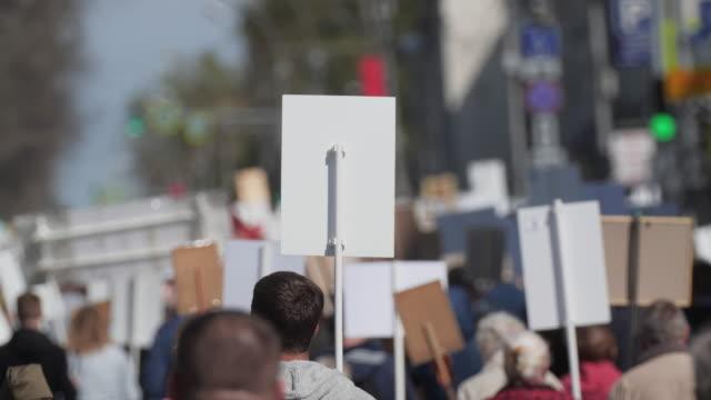 vídeos de stock, filmes e b-roll de povos da multidão que andam abaixo da rua italy com as bandeiras que defendem seus direitos. - gênero humano