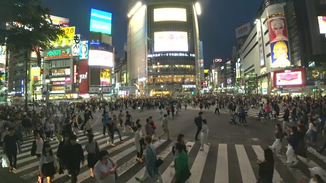 mängden människor som gick på shibuya crossing väg nattetid i tokyo, japan - köpnarkoman bildbanksvideor och videomaterial från bakom kulisserna