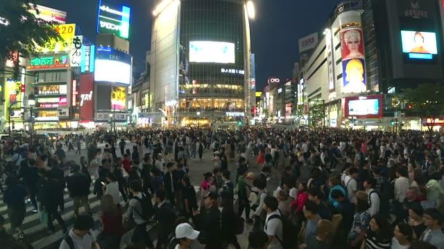 擁擠的人群走上日本東京澀谷過馬路 - 澀谷交叉點 個影片檔及 b 捲影像