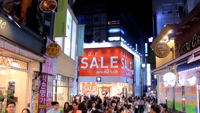 vídeos de stock, filmes e b-roll de hd: multidão de pessoas andando na rua à noite - coreia
