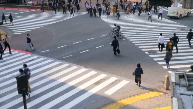 群衆の人々 ウォーキングストリート - 交差点点の映像素材/bロール