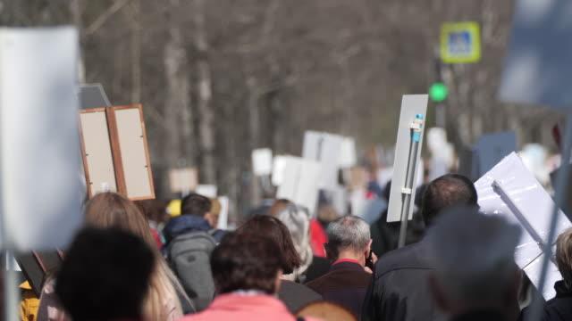 vidéos et rushes de personne de foule marchant dans l'europe de rue avec des bannières défendant leurs droits. - démocratie