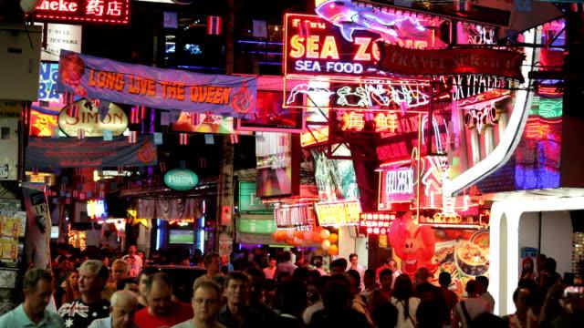 folkmassan gå igenom walking street i pattaya, thailand. - pattaya bildbanksvideor och videomaterial från bakom kulisserna