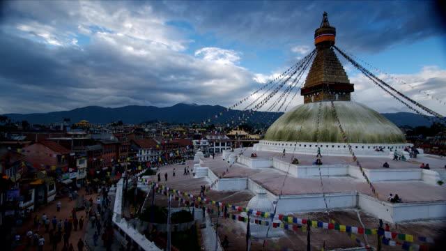 群衆クロックワイズにも、ネパールのカトマンズ寺院 - ネパール点の映像素材/bロール