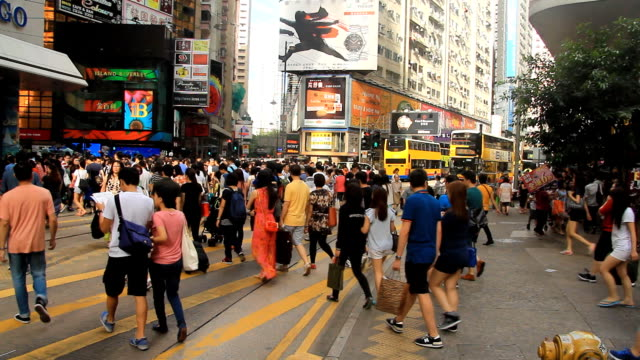 stockvideo's en b-roll-footage met crowd walking on crosswalk - hongkong