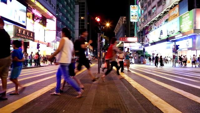 menschenmenge gehen auf fußgängerübergang - überweg warnschild stock-videos und b-roll-filmmaterial