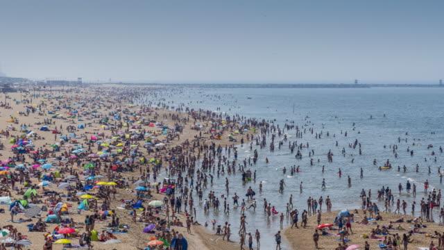 stockvideo's en b-roll-footage met overvolle strand - netherlands