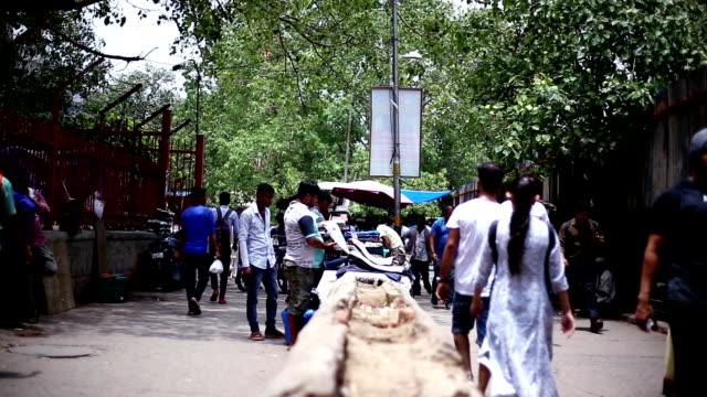 vídeos de stock, filmes e b-roll de lotado de rua movimentada da cidade, velha delhi/índia - nova delhi