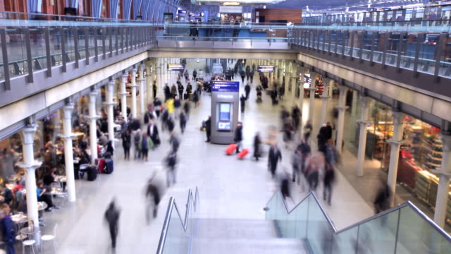 stockvideo's en b-roll-footage met crowded city station timelapse - gewichten