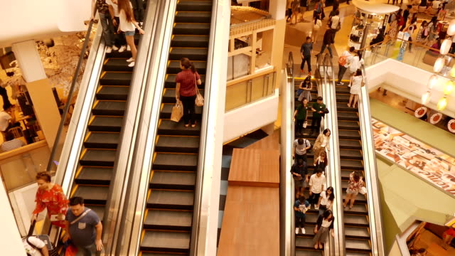 stockvideo's en b-roll-footage met overvolle roltrap in het winkelcentrum - christmas tree