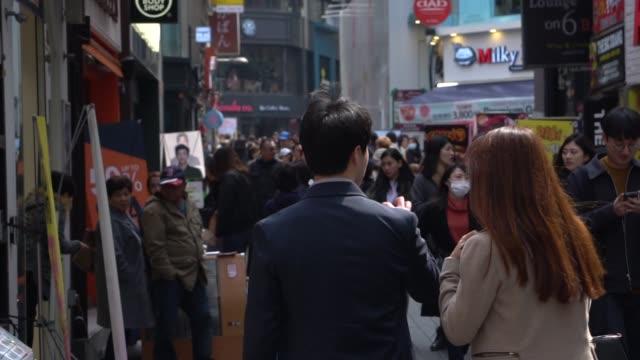 vídeos de stock, filmes e b-roll de multidão de povos que andam nas ruas de seoul, coreia do sul - coreia