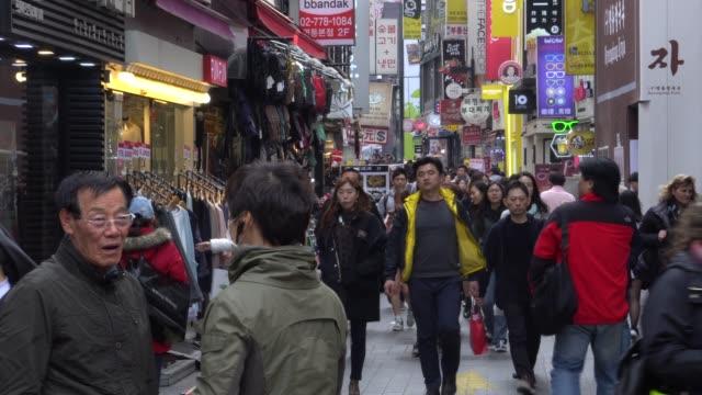 seul, güney kore sokaklarında yürüyen insanlar kalabalık - güney kore stok videoları ve detay görüntü çekimi