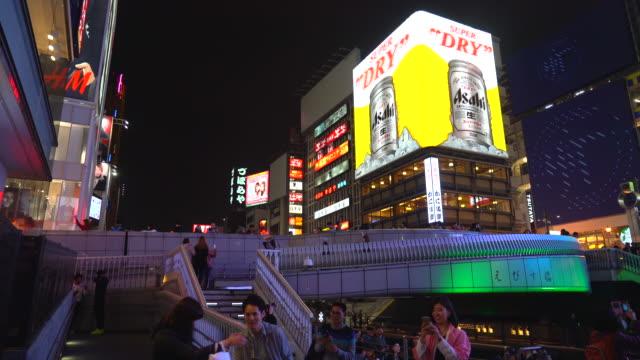 大阪の夜のストリート マーケットで人々 を混雑 - 看板点の映像素材/bロール