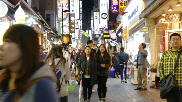 vídeos de stock e filmes b-roll de lotado pessoas em myeong-dong mercado na coreia cidade - seul