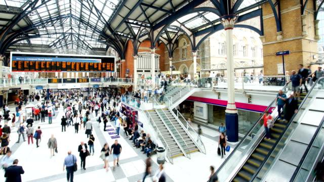 kalabalık insanlar tren istasyonu, liverpool street, londra, zaman atlamalı - i̇stasyon stok videoları ve detay görüntü çekimi