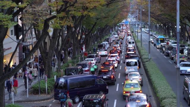 vidéos et rushes de peuplés marchant l'avenue d'omotesando dans le quartier de shibuya au japon - culture japonaise