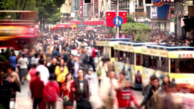 belebten einkaufsstraße nanjing road in shanghai () - china stock-videos und b-roll-filmmaterial