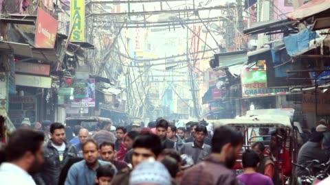 zatłoczona ulica w starym delhi - kultury filmów i materiałów b-roll