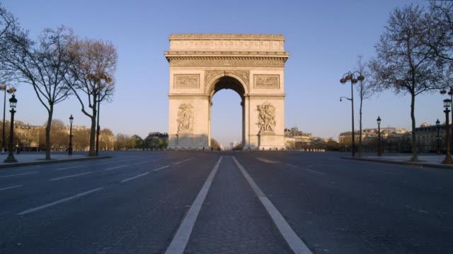 vidéos et rushes de crowdless arc de triomphe in paris - paris