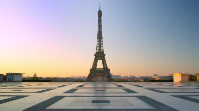 beztchaśnia wieża eiffla - trocadero w paryżu - francja filmów i materiałów b-roll