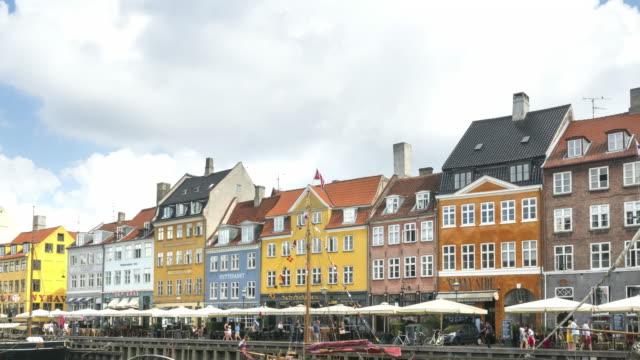 tl: folkmassor njuter restauranger barer på morgonen bland färgglada traditionella hus i köpenhamn nyhavn, danmark - dansk kultur bildbanksvideor och videomaterial från bakom kulisserna