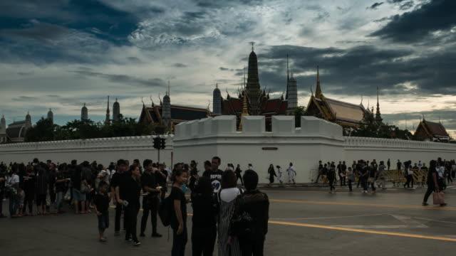 skaror av sörjande på sanamen luang, medan kroppen av thailand bhumibol palace - kungen av thailand bildbanksvideor och videomaterial från bakom kulisserna