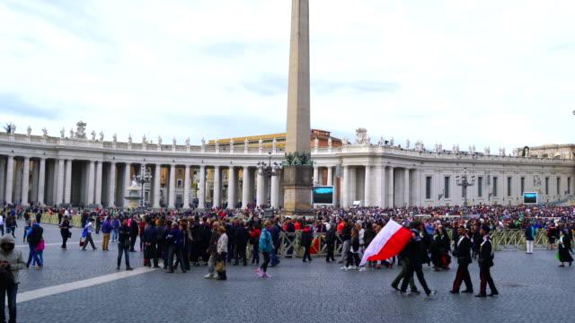 saint peters meydanı'nda insanlar ve turistler gatherred kalabalıklar - vatikan şehir devleti stok videoları ve detay görüntü çekimi