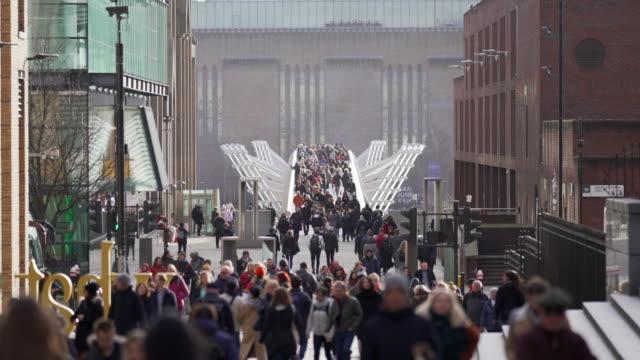 ミレニアム歩道橋を歩いている人々の群衆,ロンドン - 美術館点の映像素材/bロール