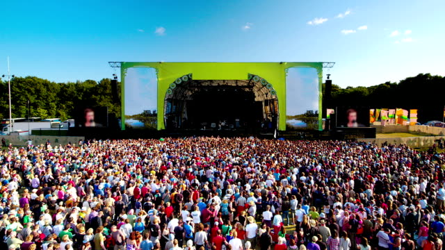 stockvideo's en b-roll-footage met crowds watching main stage of music festival - festival