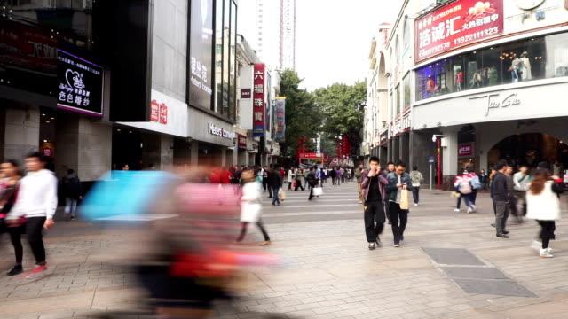 群衆、遊歩道や商業的建物の外観は、広州のタイムラプスます。 - 中国 広州市点の映像素材/bロール