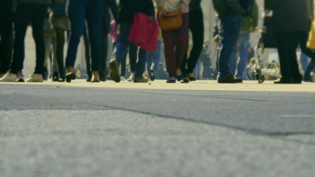 vídeos y material grabado en eventos de stock de pasaje crowdy en la moderna ciudad - señalización vial