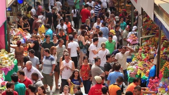 vídeos de stock, filmes e b-roll de cantou de pessoas no mercado municipal, mercadao - contrastes