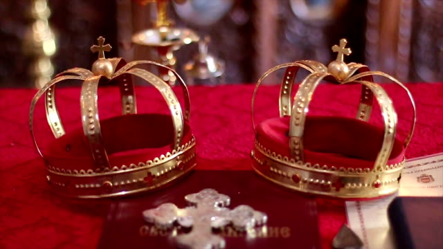 vídeos de stock e filmes b-roll de coroa de cristão casamento - coroa