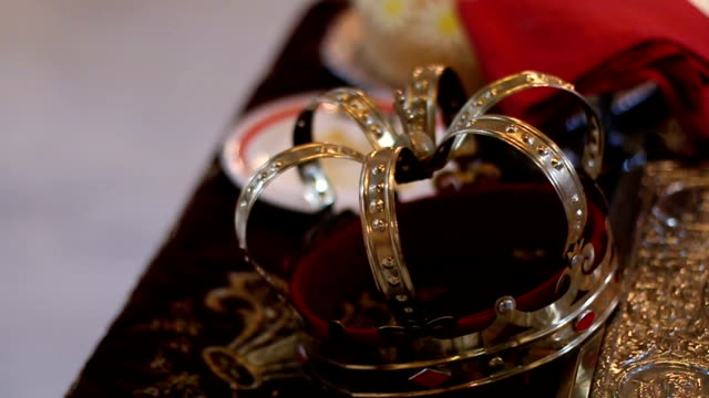 vídeos de stock e filmes b-roll de crown for a wedding - coroa