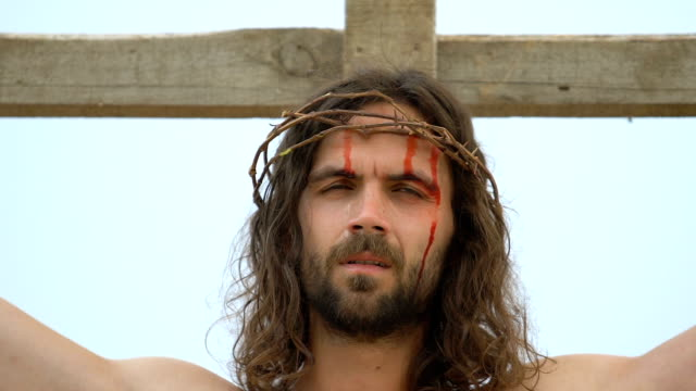 vídeos de stock e filmes b-roll de crucified jesus in thorn crown praying god father in sky, atoning sacrifice - crucifixo