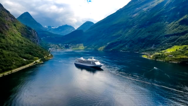 cruise liners on geiranger fjord, norway - fiordo video stock e b–roll