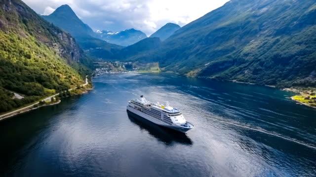 stockvideo's en b-roll-footage met cruise liners op geiranger fjord, noorwegen - cruise