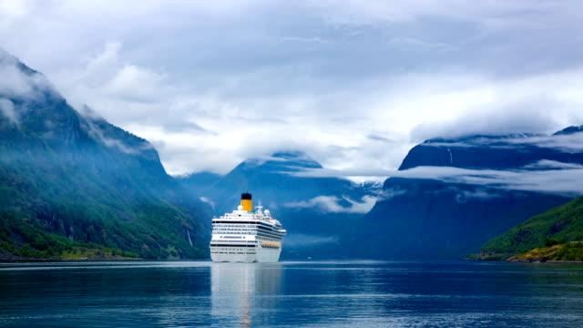 stockvideo's en b-roll-footage met liners op hardanger fjorden cruise - cruise