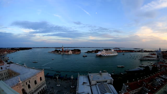 Cruise Ship Coming to Venice (Venezia) video