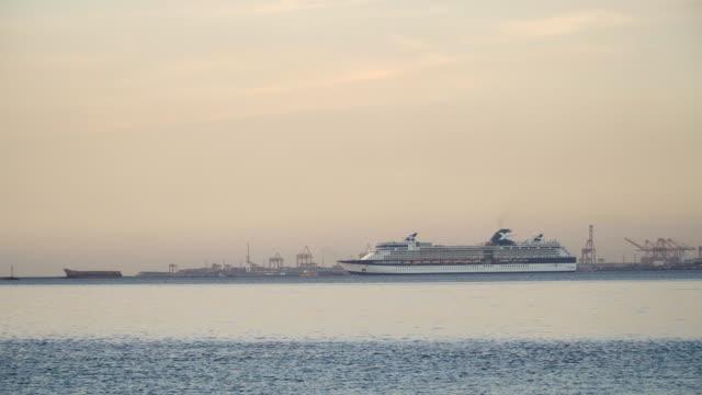 vídeos de stock e filmes b-roll de cruise ship in the sea at sunset - transatlântico